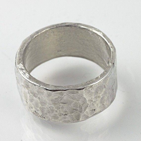 Anello argento banda larga. Un anello di argento banda larga 10mm o lui o lei. Rustico banda martellata in argento riciclato.  Questo artigianali fatti a mano creati, anello ampio, strutturato rende un anello di grande affermazione quotidiana per un ragazzo o una ragazza. Organico. Sostanziale. Funky. Assolutamente cool.  Ha un tale peso sostanza e la struttura lo rende così visibilmente mozzafiato. Si tratta di un anello che è sicuro di farsi notare.  Ho fatto questo anello per mio marito…