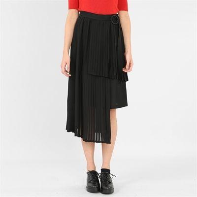 Pimkie.fr : La jupe plissée asymétrique est l'une des pièces phares de notre collection exclusive avec le photographe Nabile Quenum.