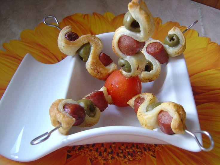 Spiedini di pasta sfoglia con wurstel e olive