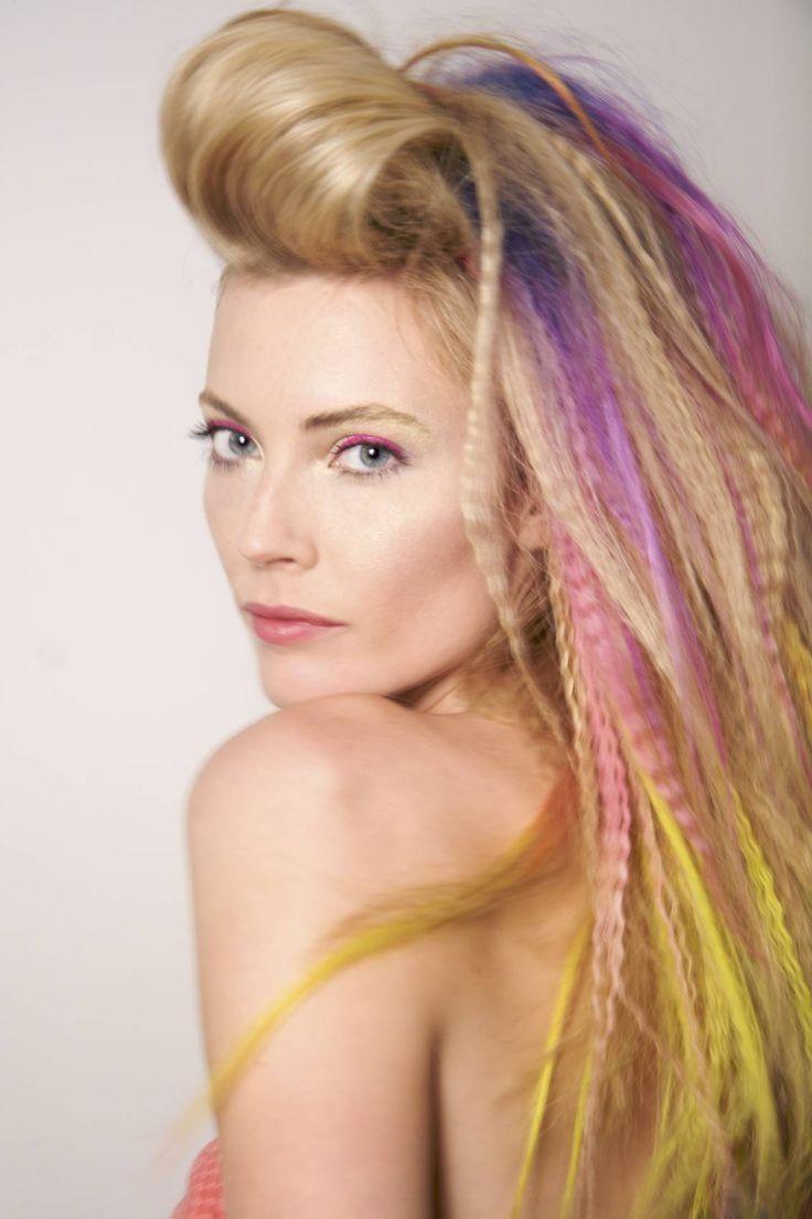 80er frisuren lange-blonde-haare-crimpen-farbige-straehnchen-pink-gelb