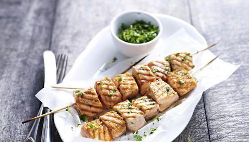 Grillet laks på spyd med gremolata - Godfisk