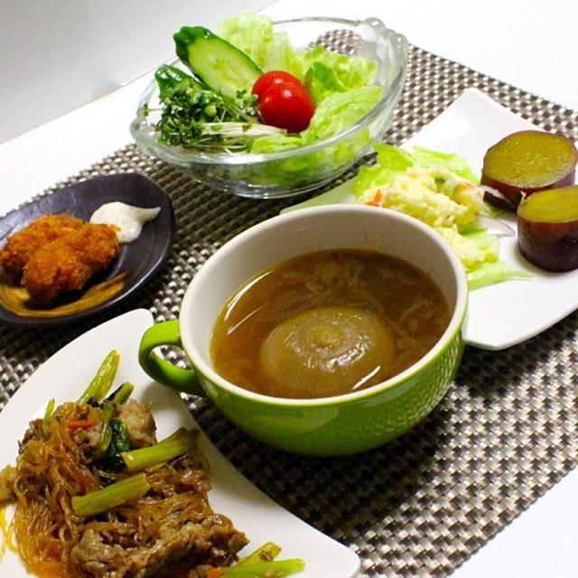 玉ねぎスープは甘くおいしい。 牡蠣は頑張って二個食べました。 - 105件のもぐもぐ - チャプチェ ポテトサラダ 野菜サツマイモと 苦手な牡蠣フライ二個  一個丸ごと玉ねぎスープ by hiroshikimDeU
