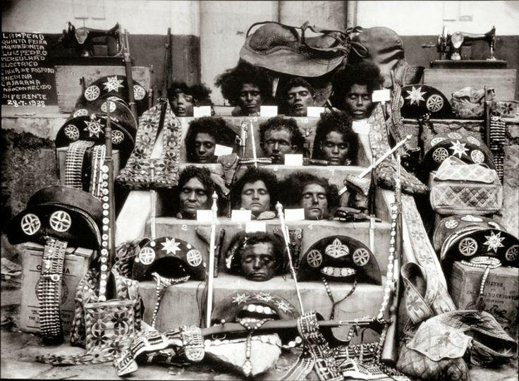 Cabeças decapitadas do temido bando de cangaceiros de Lampião, elas foram expostas ao público após uma emboscada que matou 11 dos 34 membro do grupo, incluindo Lampião e Maria Bonita. Eles foram alvejados a tiros de metralhadora em uma madrugada chuvosa em um esconderijo no sertão de Sergipe, foto de 1938.   História Ilustrada
