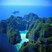 Parce qu'elle fourmille d'îles paradisiaques plus jolies les unes que les autres, il n'est pas évidant de toujours savoir où poser ses valises en Thaïlande. L'occasion pour Vogue.fr de dévoiler six spots aux atouts convaincants pour aider les voyageurs à faire leur choix. Suivez le guide.