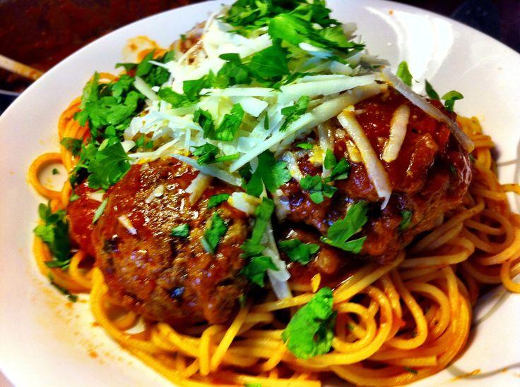 Italialaiset lihapullat pitkään haudutetulla tomaattikastikkeella.