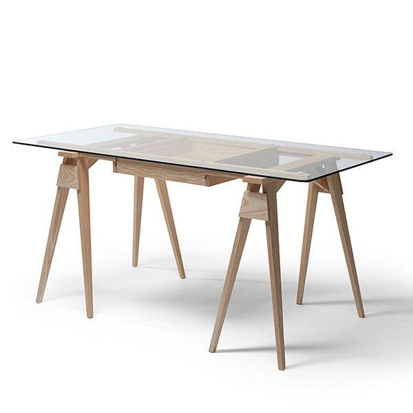 Arco skrivbord består av två bockar med härdat glas som arbetsskiva vilket gör innehållet i dina lådor synliga för alla. Skrivbordet är tillverkat i massivt trä i olika utförande. Du kombinerar ditt skrivbord - Välj utseende på underrede och topp.