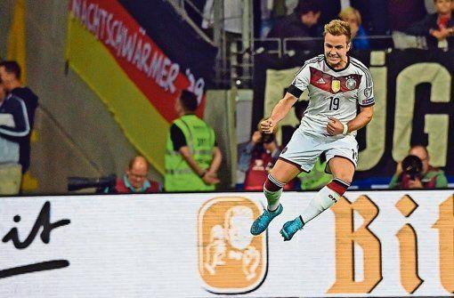 So jubelt ein zweifacher Torschütze: Mario Götze ist gegen Polen der entscheidende deutsche Spieler. Foto: dpa http://www.stuttgarter-zeitung.de/inhalt.em-qualifikation-ein-ganz-grosser-schritt-richtung-em.9057c238-2bfc-4cb6-b2a7-85d1f0859b88.html