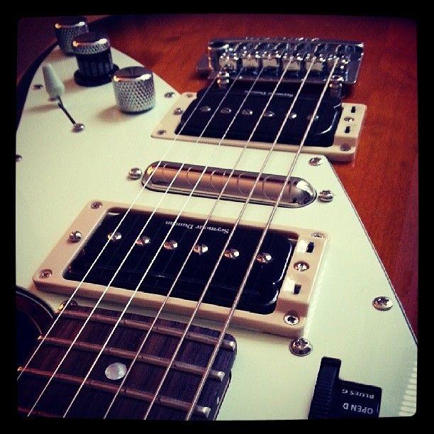Projet de modification guitare Variax James Tyler terminé. On se retrouve avec une configuration d'une polyvalence extrême ! Micros Seymour Duncan SHPR avec système