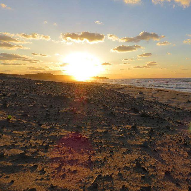 【thousand_days_blue】さんのInstagramをピンしています。 《石見の夕日 江津市波子海岸 #sunset #sun#evening #sand #beach #sky #skylovers #shimane #landscape #山陰 #石見海浜公園 #夕 #夕日 #夕陽 #海 #日本海 #砂浜 #島根 #風景 #ファインダー越シ私ノ世界 #太陽 #空》