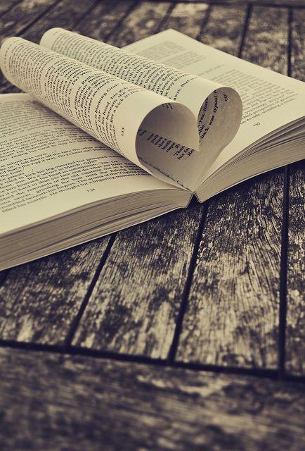 Amore per i libri, libri che parlano d'amore, sentirsi vicini attraverso un libro... You & I