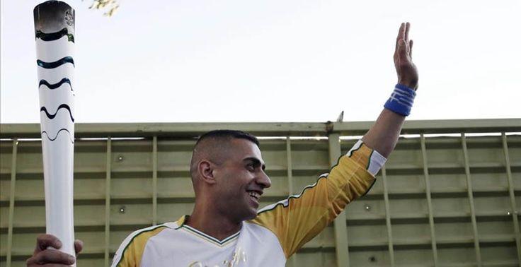 Un deportista refugiado sirio porta la llama olímpica - http://www.absolutgrecia.com/un-deportista-refugiado-sirio-porta-la-llama-olimpica/