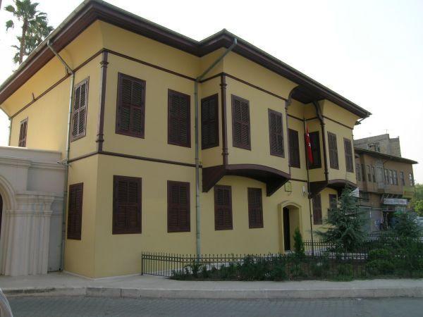 Adana Atatürk Evi Müzesi Mustafa Kemal Atatürk'ün 1923 yılında Adana'ya geldiği zaman misafir edildiği Suphi Paşa Evi, Atatürk'ün 100. doğum yılı dolayısıyle, 1981 yılında Atatürk Evi Müzesi Olarak düzenlenmiştir.