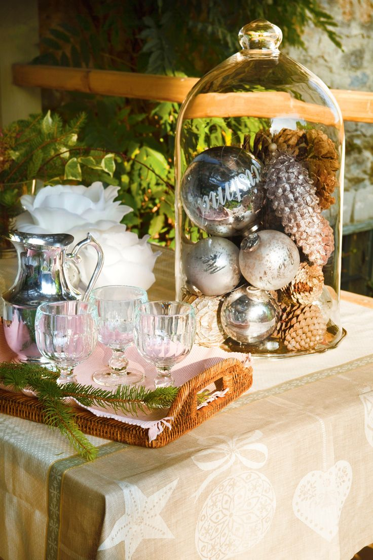 Mesa con campana de cristal con bolas de Navidad y piñas, bandeja de fibras con juego de café (331022)
