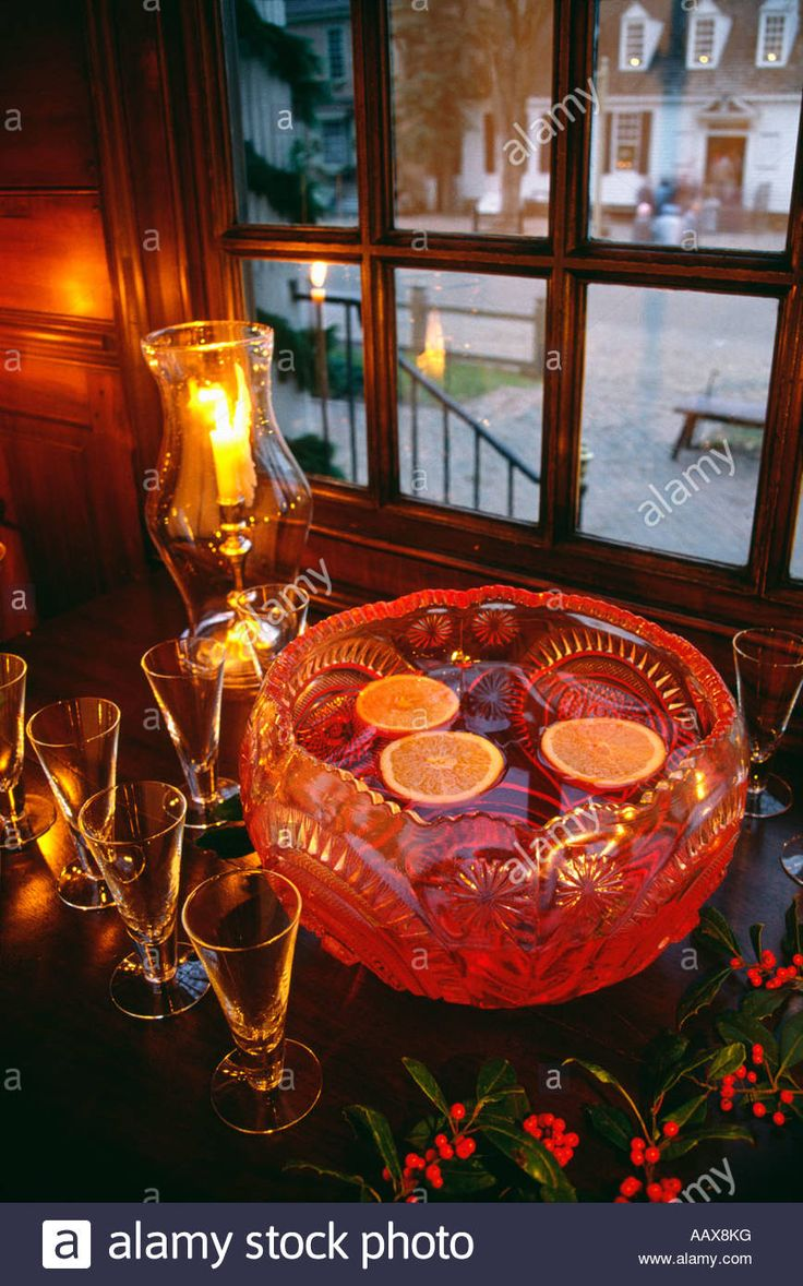 Download this stock image: Christmas punch in tavern at Colonial Williamsburg, Virginia, USA - AAX8KG from Alamy's library of millions of high resolution stock photos, illustrations and vectors.