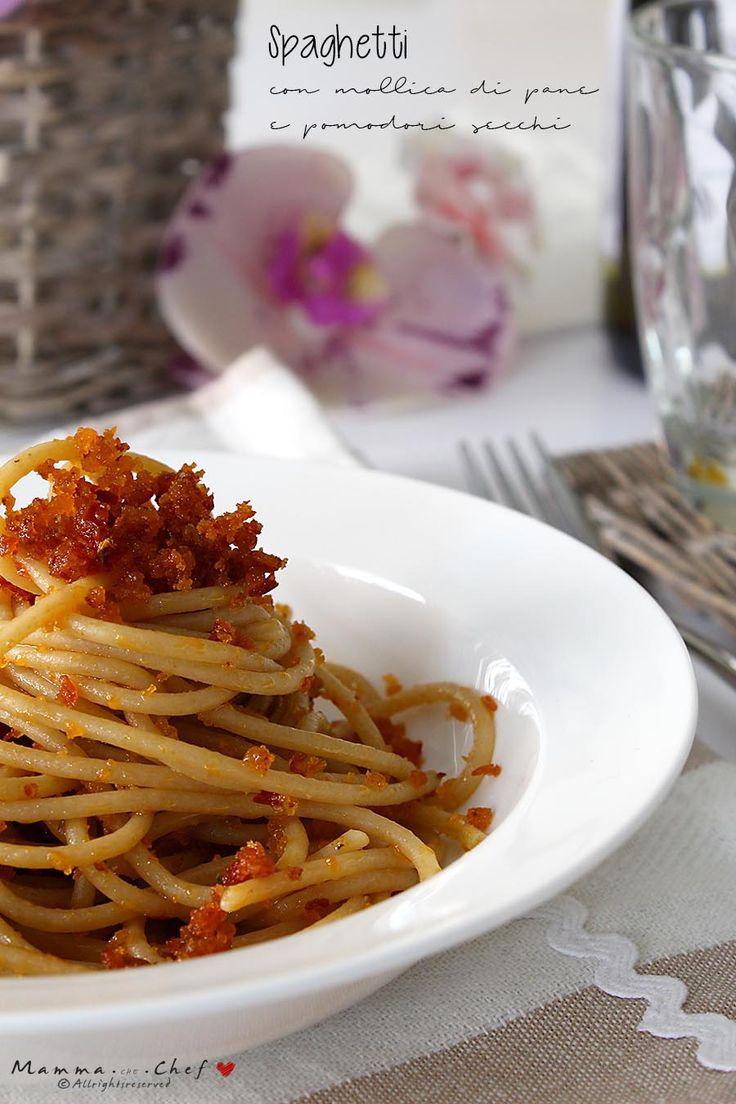 Spaghetti con mollica di pane e pomodori secchi. Piatto semplice, economico e molto gustoso. Bastano pochi ingredienti, e in 10 minuti porterete in tavola un primo piatto davvero buono e leggero!