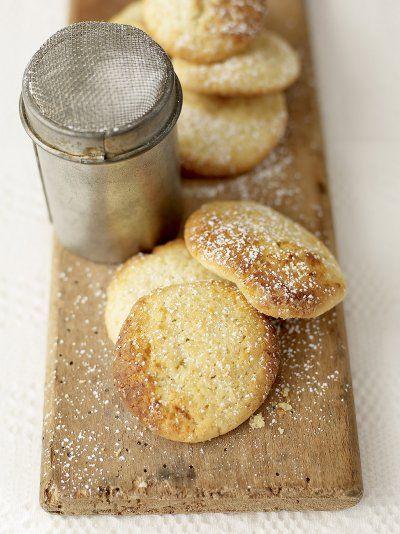 Εύκολη και γρήγορη συνταγή για τα πιο γευστικά μπισκότα λεμονιού με βούτυρο, από τον αγαπημένο σεφ Jami Oliver! Εκτέλεση Χτυπήστε το βούτυρο και τη ζάχαρη σε ένα μπολ με ένα μίξερ μέχρι να αποκτήσει μια απαλή, κρεμώδη υφή. Προσθέστε στο μείγμα το αυγό και συνεχίστε να χτυπάτε. Προσθέστε το αλεύρι, το ξύσμα λεμονιού, το μπέικιν …