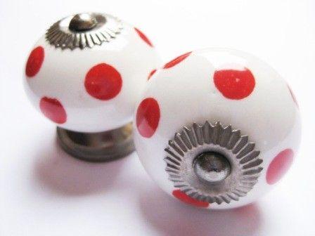 098 Porseleinen kastknop Wit met rode stippen 4 cm