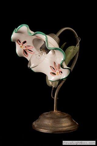 Lume-da-comodino-traforato-con-decoro-floreale