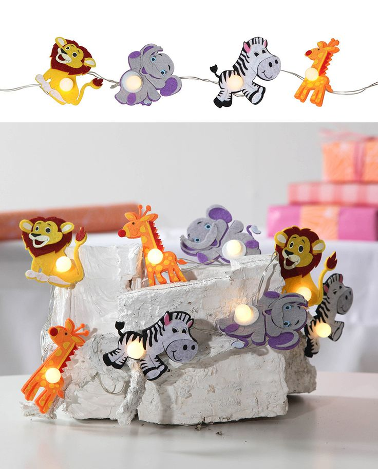 Kjempesøt LED lysslynge fra Star Trading med 8 små figurer av filt. De ville dyrene er en løve, zebra, giraff og elefant og vil ta seg godt ut på barnerommet.