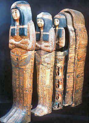 Les offrandes, la nourriture, les objets nécessaires à la vie dans l'au-delà et le mobilier funéraire étaient disposés et on déposait le (les) cercueil(s) dans le sarcophage qui était scellé ainsi que la tombe. Les Égyptiens moyens se contentaient d'une simple cérémonie. Les plus riches offraient des hommages chers à leurs morts, mais quelle que soit la qualité des funérailles, chaque Égyptien y avait droit.