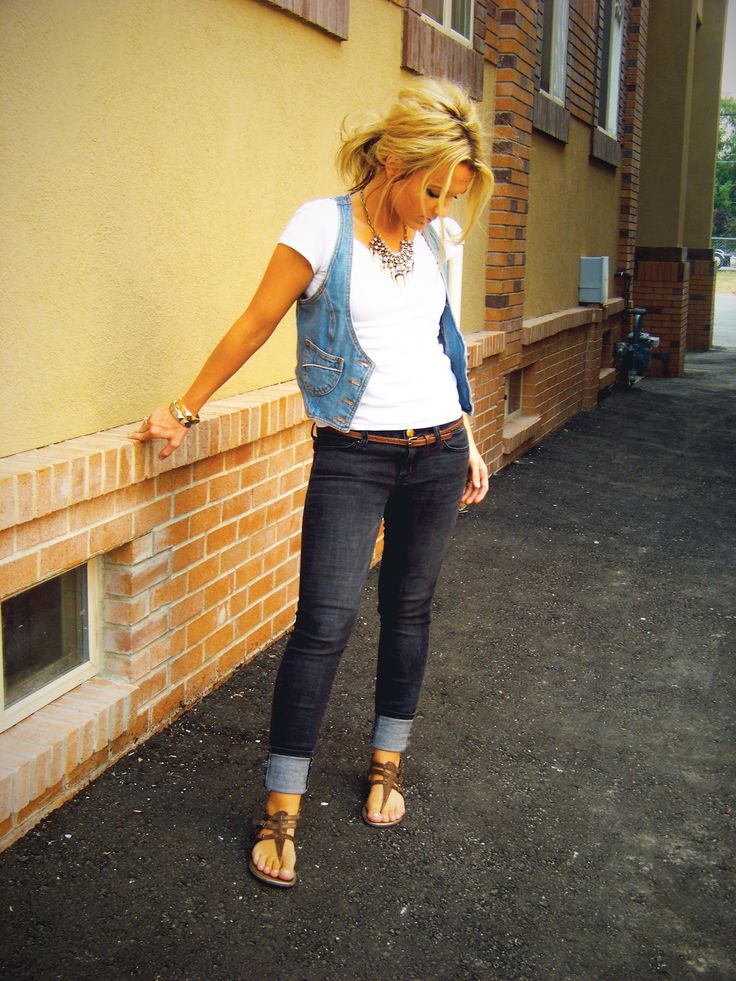 Affordable outfit ideas geared toward moms...and she just has some super cute outfits