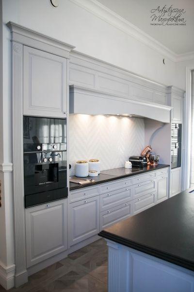 stanowisko piecowe ze słupkami z AGD w klasycznej zabudowie kuchennej, kuchnie angielskie z wyspą, meble na wymiar, grey traditional kitchen, custom kitchen design - wykonanie Artystyczna Manufaktura