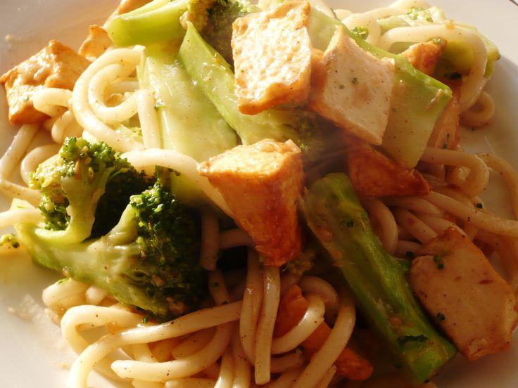 Udon mie met visblokjes en broccoli in Chan's Sauzen en kruiden&specerijen .. Niet moeilijk doen.. gewoon ff wokken en heerlijk, simpel en snel! Smakelijke groet, Tammy Wong - Koken Met Specerijen