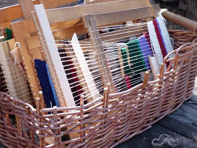 How many different type of weaving do you know? Did you hear of inkle weaving before? It's a type of weaving that focuses on making straps and band. Read our guide to inkle weaving to learn more!