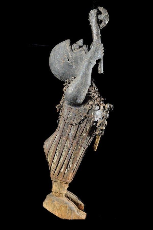 Les dieux Vodou sont nombreux. Parmi les plus connus et honnorés on pourrait citerMami Wata, Papa Legba, mais aussiErzulie Freda, la déesse de l'amour, Gu(l'Ogoundes Yorubas) le dieu de laguerre(et des forgerons),Sakpata, ledieu de lavariole(et plus généralement de la maladie, de la guérison et de la Terre),Damballa, esprit de la connaissance, ainsi que le puissantHebieso (Hebviosso, prononcer Rébioso), dieu de l'orage et de la foudre. Ce dernier est accompagné ...