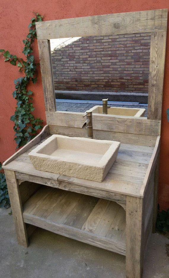 Armoire de salle de bain avec miroir, robinet et évier faite de bois de palettes recyclées à la main. Les meubles ont une finition naturelle avec lâge du passage du temps et le traitement de labri des moustiques. Le lavabo est sculpté à la main, vous cherchez le réalisme de la pierre naturelle. Faites un mortier étanche TXT. Comprend le miroir pour faire correspondre les meubles.  Dimensions et poids :  Meubles : Dimensions - 100 x 85 x 63 cm. Poids environ 45 kg.  Miroir : Dimensions - 100…
