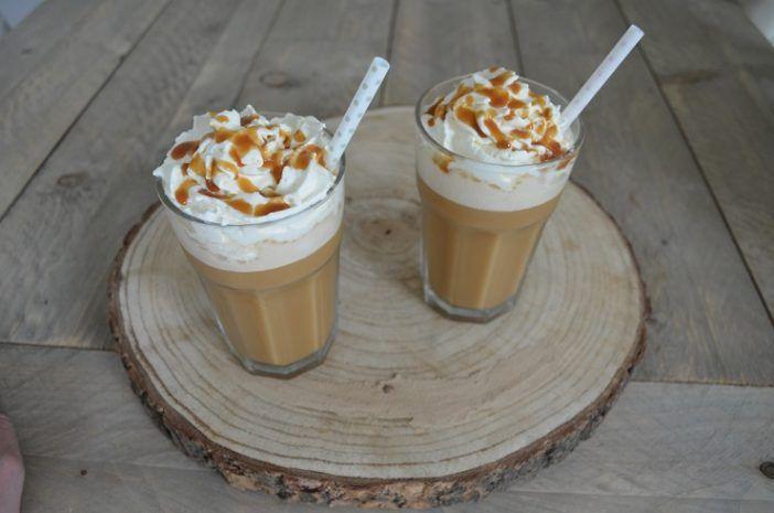 Ben je ook gek op de Frappucciono's of ijskoffie van de Starbucks? Alhoewel het een enorme calorieën bom is blijft een ijskoffie toch een traktatie. Zeker als je een dag lekke geshopped hebt of tijdens een steden trip dat je even wilt ontspannen van alle indrukken. We hebben een recept gevonden zodat je ook thuis kan genieten van een heerlijke Ijskoffie!. Je hebt de volgende ingrediënten nodig. 1 koffiekopje ijsklontjes 2 theelepels suiker 1 kopje afgekoelde koffie (zet bij voorkeur een h...