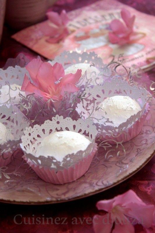Boussou la tmessou, fait partie de la catégorie des gâteaux rapides et économiques. Ce gâteau algérien parfumé au citron et fondant en bouche reste très apprécié