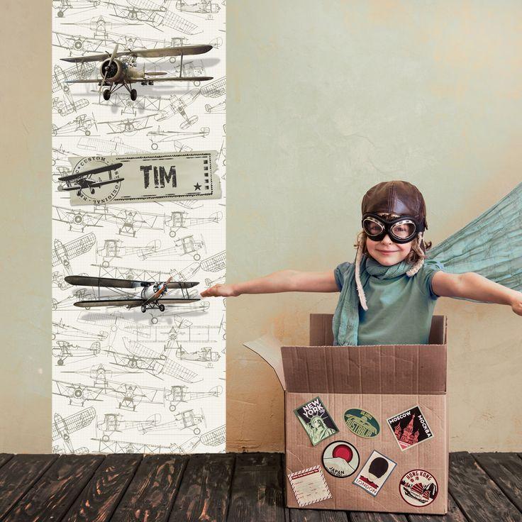 Een vliegtuigen muursticker in retro stijl, voor de kinderkamer of stoere jongenskamer. De muursticker wordt gemaakt op een mooie matte zelfklevend textiel 75 x 260 cm en is makkelijk te verwijderen zonder beschadigingen. Uniek is de eigen naam op de vliegtuigen muursticker!