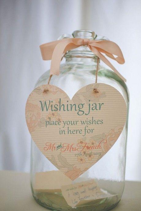 Un joli vase dans les tons pêches pour accueillir les voeux qui vous sont adressés par vos convives.