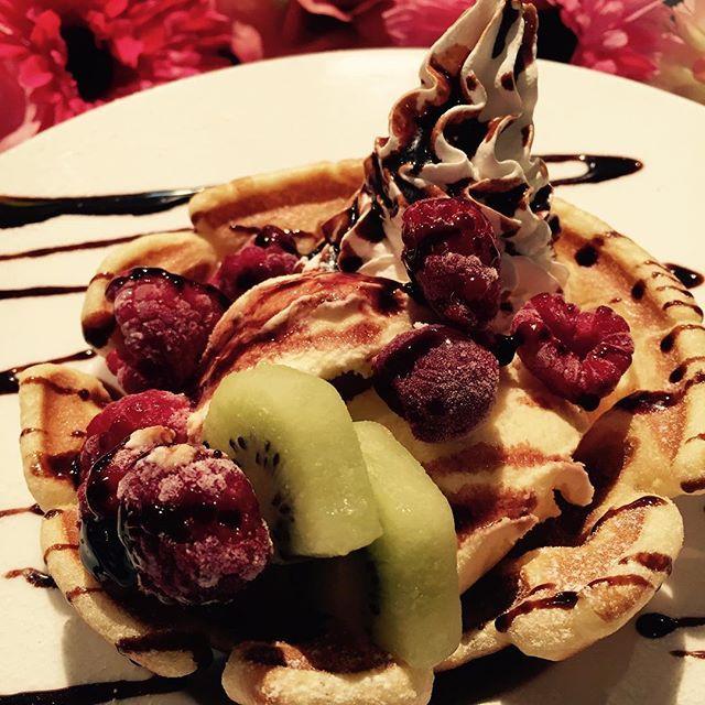 【cafebarvenus】さんのInstagramをピンしています。 《お休みの日にあまーいワッフルでゆっくり過ごしませんか?☕️✨ Cafe&Bar Venusでは焼きたてのふわふわワッフルボウルをご用意してお待ちしております🍰 #堀江カフェ #堀江ランチ #夜カフェ #アクアリウム #カフェ巡り #堀江 #カフェ好きな人と繋がりたい》