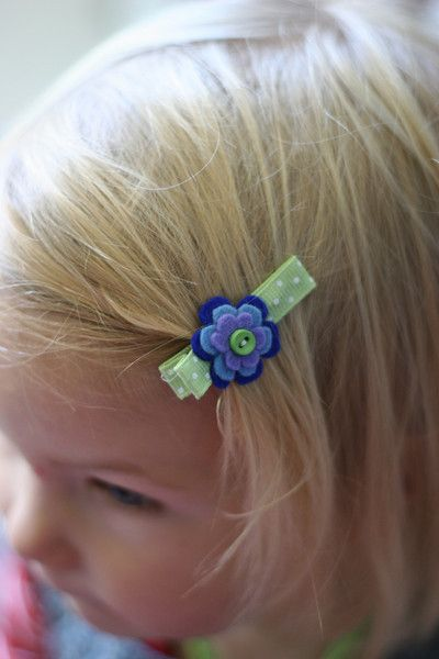 baby hair clip... uses coins as templates for flower sizes! genius!