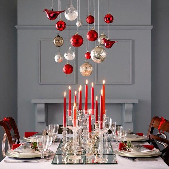 des boules de Noël rouges et dorées suspendues et des bougies rouges