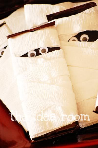 Halloween. hershey bar + crepe paper + google eyes. Super Cute!Halloween Parties, Candy Bars, S'Mores Bar, Halloween Gift, Halloween Treats, Candies Bar, Hershey Bar, Halloween Ideas, Google Eye
