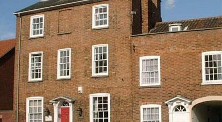 The Red House Grantham Just 5 minutes' walk from Grantham's town centre, this charming Grade II listed Georgian townhouse free WiFi in all rooms and ample free parking on site.