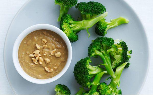 Broccolisnack med peanutdip