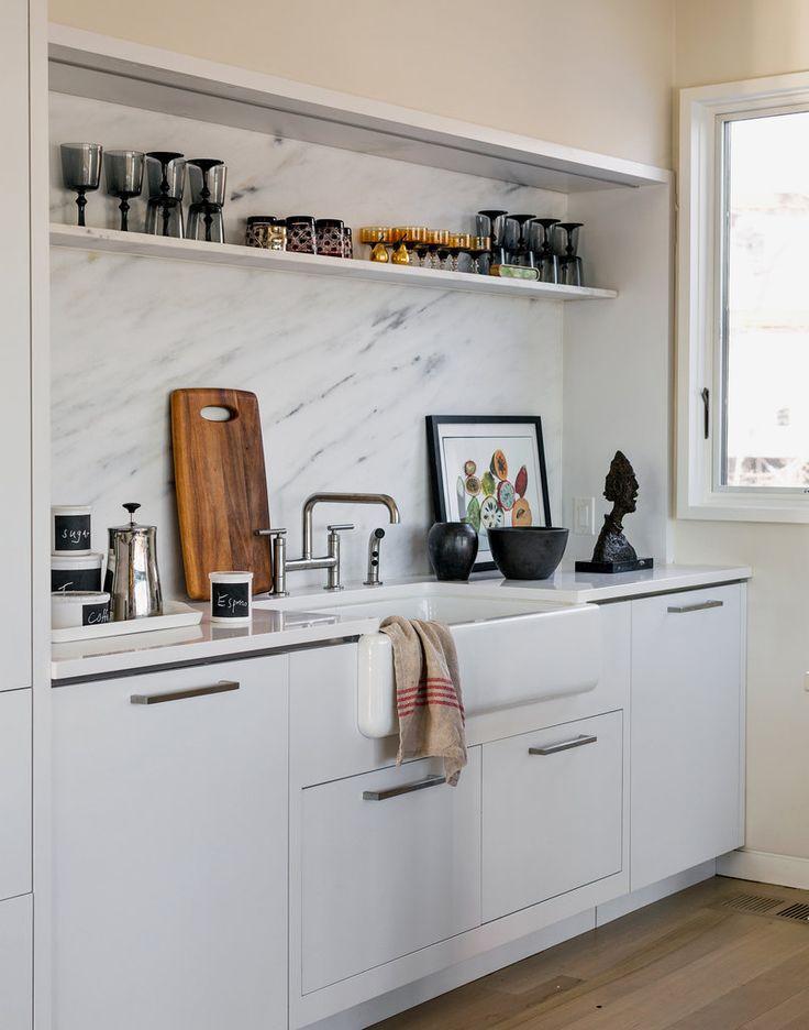 petite cuisine avec crédence en marbre. Town & Country editor Jay Felden's kitchen in Connecticut, via NY Times