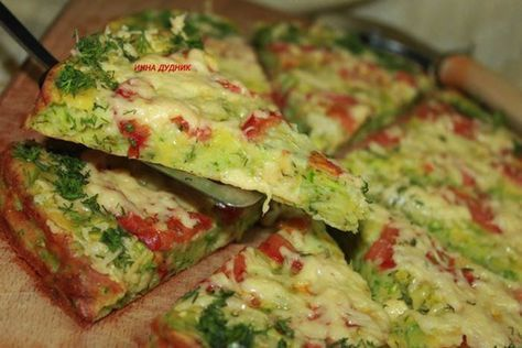 Pripravte si jednoduchú a rýchlu cuketovú pizzu. Môžete pridať rôzne suroviny podľa chuti.