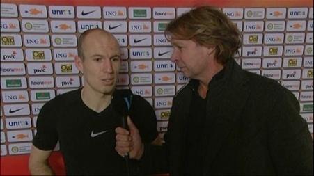 Arjen Robben praat met interviewer Hans Kraay jr