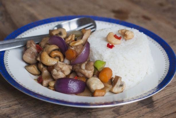 Dit is een snel en eenvoudig recept voor Thaise kip met cashewnoten uit de wok. De basis bestaat uit kip, ui, champignons, noten en een saus van oester- en vissaus. Verder kan je toevoegen wat je lekker vindt. Deze variant is met knapperige wortels, sugarsnaps smaken hier ook heel goed bij. Lekker met witte rijst en wat extra cashewnoten.