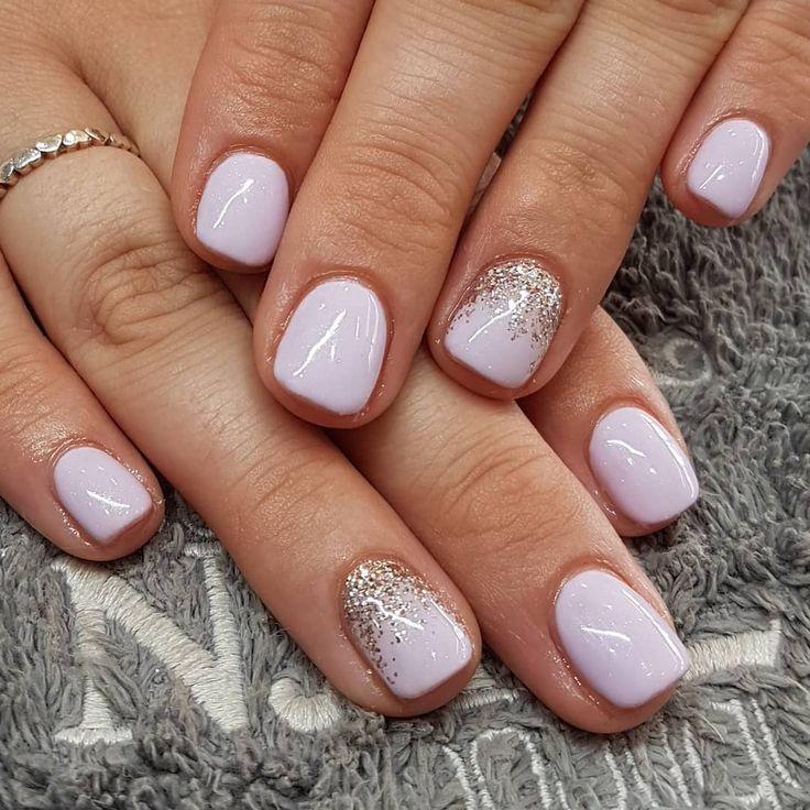 Ziemlich pinkfarbene weiße Nägel mit leichtem Funkeln