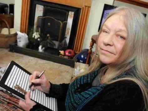 A lo largo de seis años, una británica ciega llamada Trish Vickers escribió una novela a mano, llamada Grannifer's Legacy, utilizando cintas de goma para marcar las líneas. En un punto, al bolígrafo se le acabó la tinta, y escribió 26 páginas en blanco sin darse cuenta. Tras un esfuerzo de cinco meses, expertos forenses de la policía de Dorset lograron recuperar el texto gracias a las marcas dejadas por la presión del bolígrafo. La novela fue publicada el día que Vickers murió de cáncer.