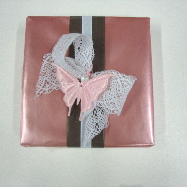 Roze geschenkverpakking met kanten lint en vlinder