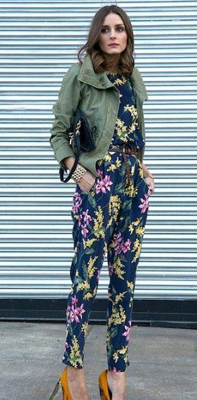Macacão estampado é tendência! Nesse look da Olivia Palermo combinando com parka verde militar e scarpin.