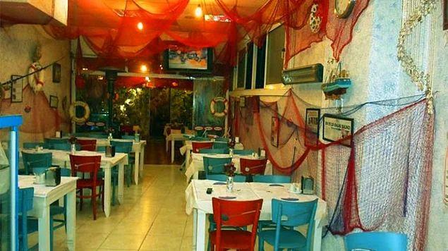Balık restoranlarının olmazsa olmazı mavi masa ve sandalyeler, gecenin sonunda yiyeceğiniz kazığın habercisidir.