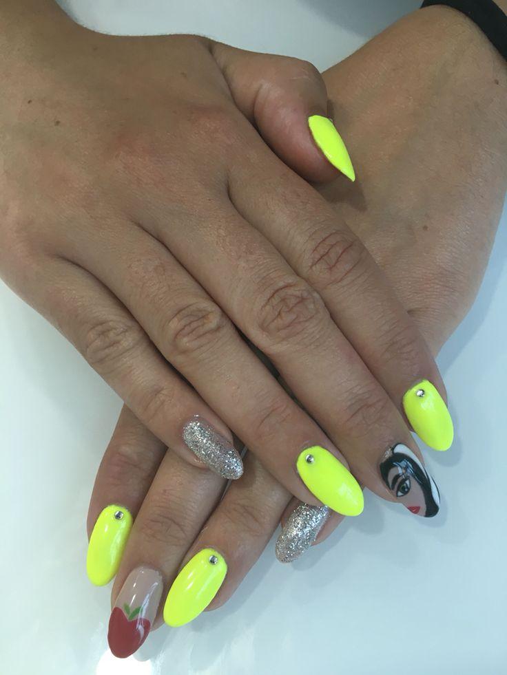 Nail art acrílico amarillo bruja blancanieves pico